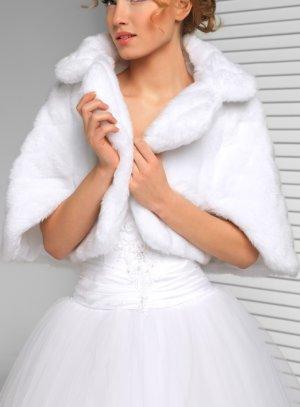 f11add1d979 Cape fausse fourrure femme blanche ou ivoire