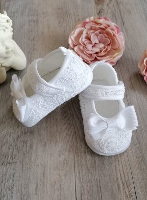 Chaussures de baptême dentelle blanche.