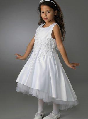 Robe blanche fille satin et broderie courte sur le devant et longue dans le dos